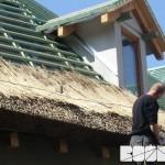 ZOO Park Vyškov - začátek pokládky rákosové krytiny