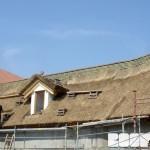 ZOO Park Vyškov - dokončení pokládky rákosové krytiny